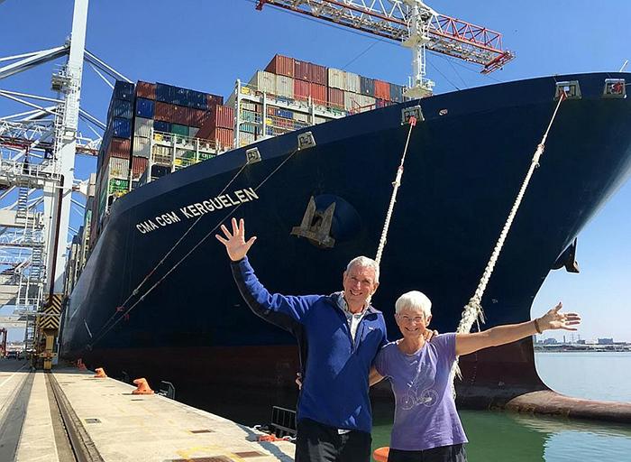Крис и Питер фотографируются на фоне контейнерного судна, на котором они доплыли из Сингапура в Великобританию.