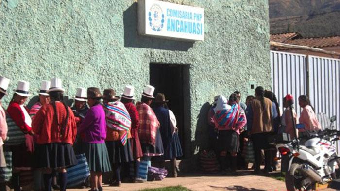 Женщины стоят в очереди в полицейский участок, чтобы дать показания о программе стерилизации в Перу.