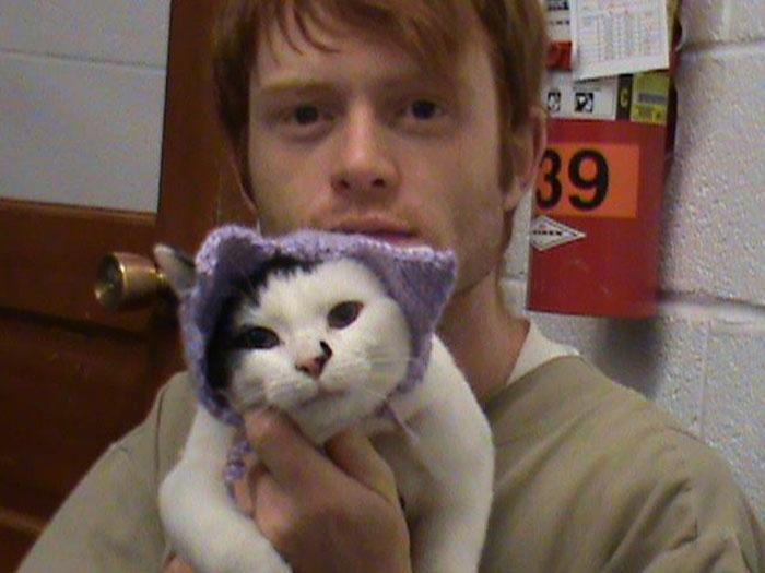 С котиками от заключенных требуется не только играть, а и убирать за ними и пытаться их приучить к человеческому общению.