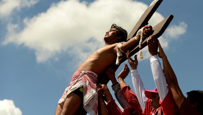 Каждый год на Ð¤Ð¸Ð»Ð¸Ð¿Ð¿Ð¸Ð½Ð°Ñ ÑƒÑÑ'раиваюÑ' зрелищное представление в Страстную пятницу.