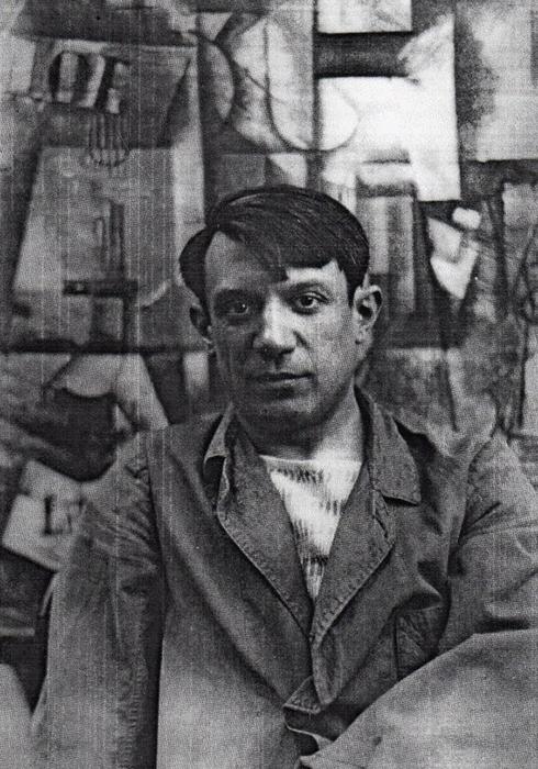 Пабло Пикассо на фоне собственной картины.