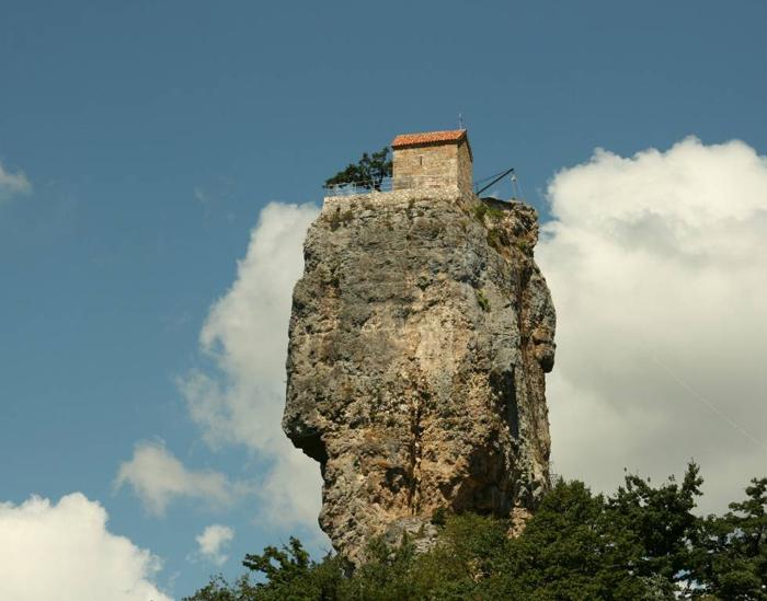 Церковь наверху скалы.