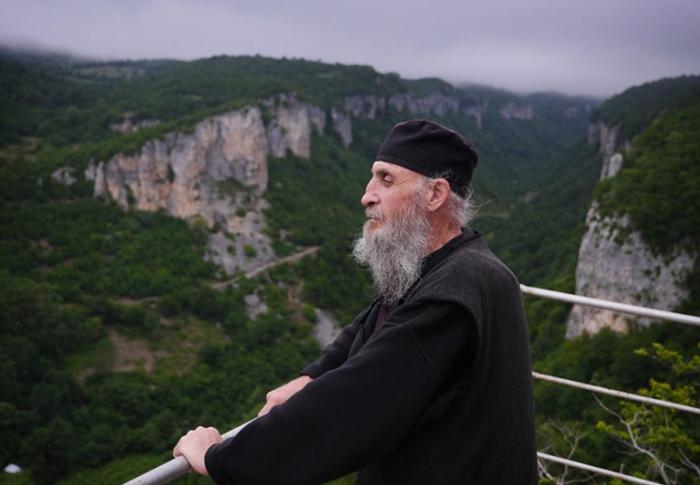 Монах Максим живет в одиночестве на вершине скалы.