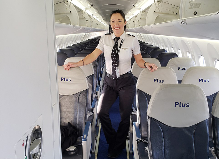 Эмили на борту самолета.
