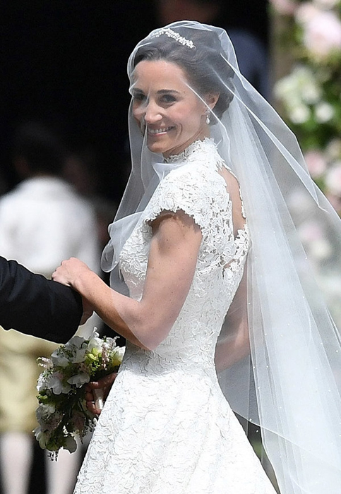 Пиппа Миддлтон в свадебном платье от Giles Deacon.