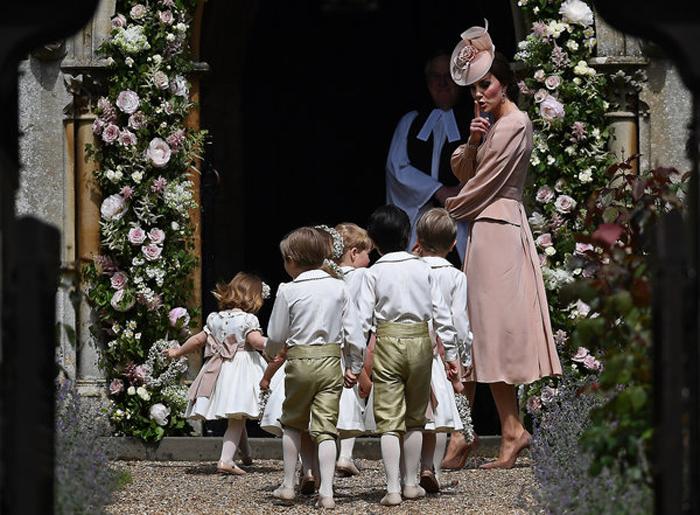 Кетрин, герцогиня Кембриджская, направляет детей во время церемонии свадьбы Пиппы Миддлтон.