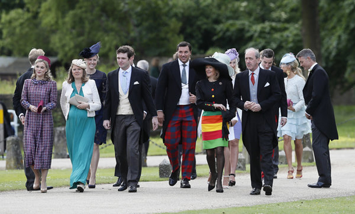 Гости прибывают на свадебную церемонию.