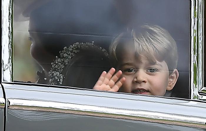 Маленький Джордж машет своей тете Пиппе.