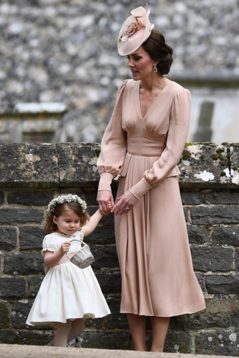 Герцогиня Кембриджская со своей дочерью.