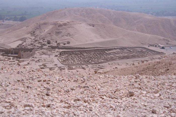 Руины деревни Дейр эль-Медина, жители которой работали над созданием храмов в Египте.