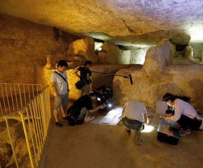 Археологи внутри Великой пирамиды.