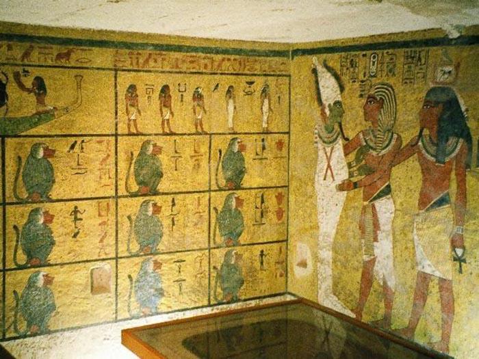 Внутри гробницы Тутанхамона.