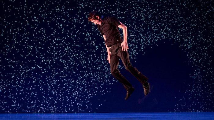 Необычное танцевальное шоу во Франции.