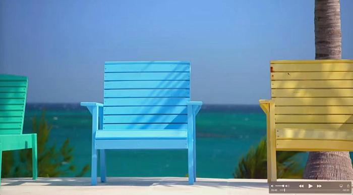 Все стулья и кресла в отеле минимум метр шириной.