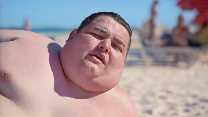 Стивен загорает на пляже. На обычном пляже он бы не решился на такое.