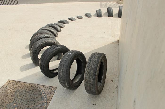 Инсталляции из шин в рамках фестиваля Us Barcelona.