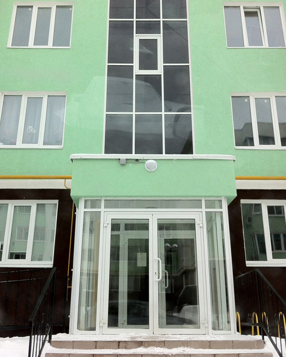 Пример хорошего дизайна подъезда с прозрачными входными дверями. Коломна. Фото: Артемий Лебедев.