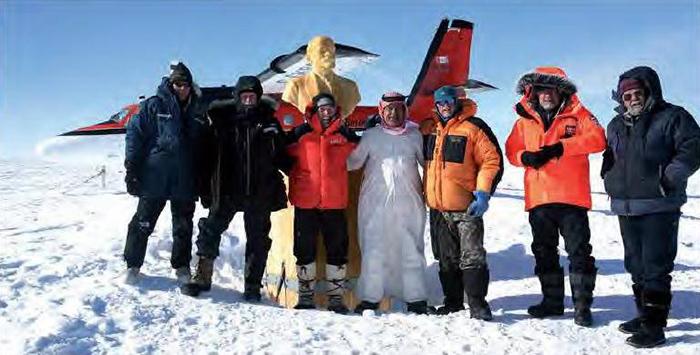 Экспедиция у занесенной станции в Антарктике.