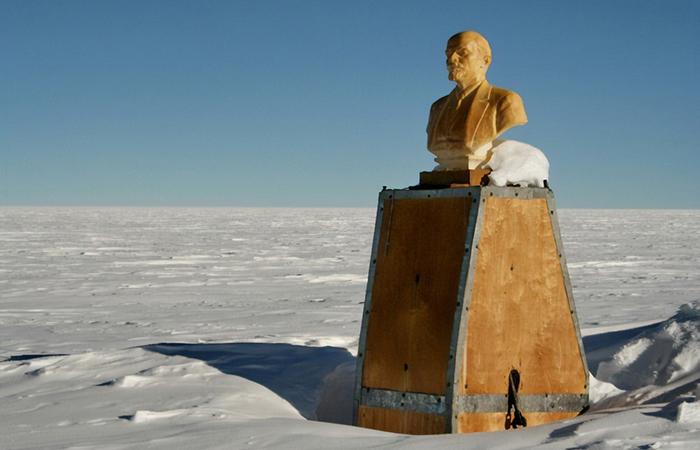 Ленин в снегах, смотрящий на Москву.