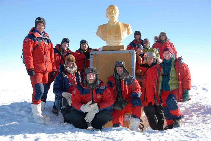 Норвежцы и американцы у бюста Ленина во время экспедиции 2007-2008 гг.