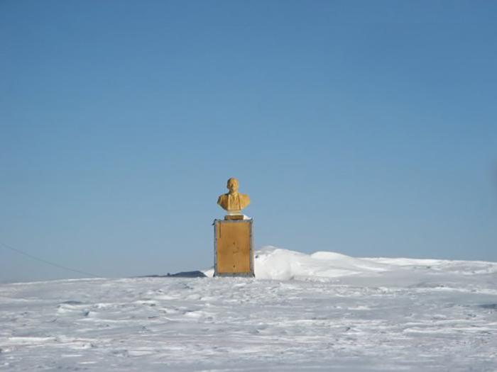 Сейчас местонахождение станции можно определить только по золотистой статуе.