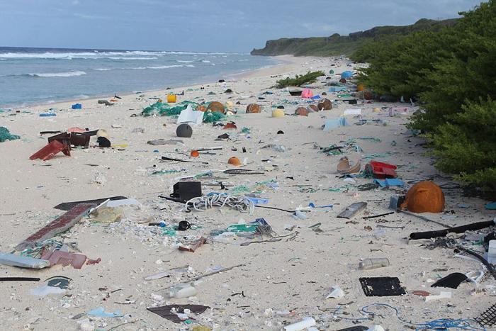 На острове насчитывают около 37 миллионов пластиковых вещей.