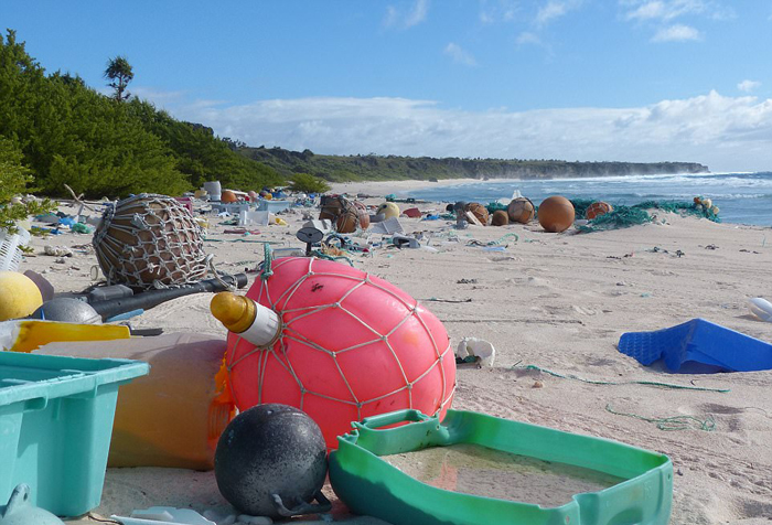 На острове нет людей, зато много мусора.