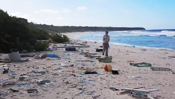 Пластиковый мусор существенно угрожает экологии острова.
