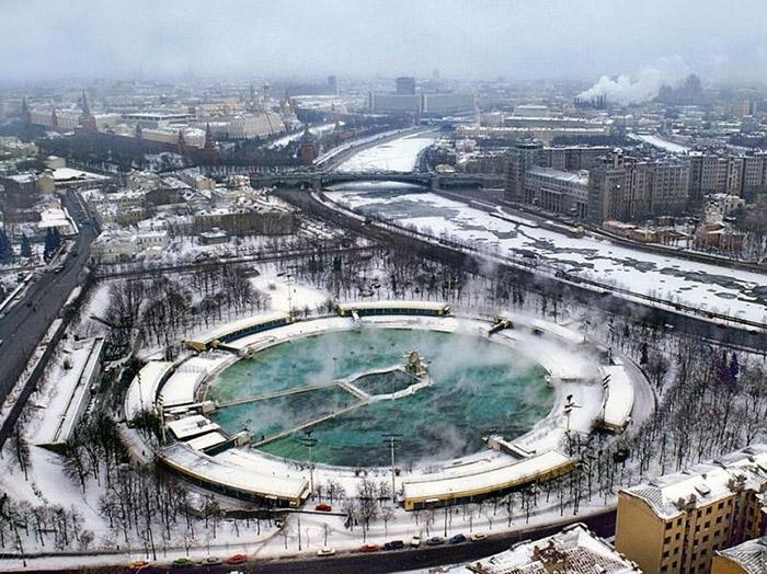 Бассейн Москва зимой.