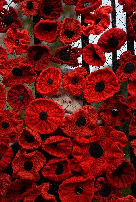 Каждый цветок вывязан вручную жителями деревни.