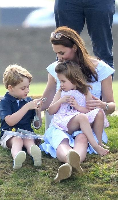 Кейт со своими детьми.