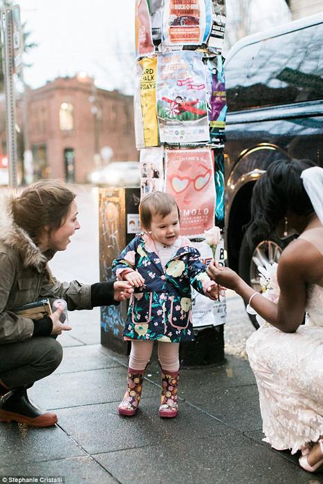 Невеста подарила малышке цветок из своего букета. Фото: Stephanie Cristalli.