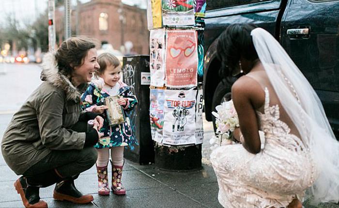 Девочка приняла невесту за принцессу. Фото: Stephanie Cristalli.