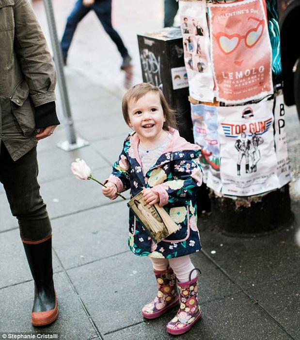 Для девочки обычная прогулка обернулась настоящим праздником.