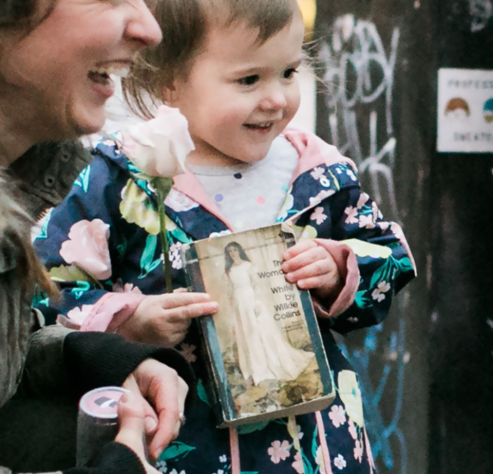 Девочка как раз держала в руках книгу о принцессе. Фото: Stephanie Cristalli.