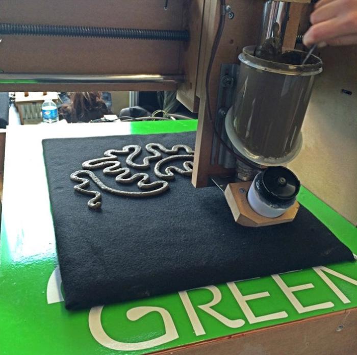 3D-принтер печатает узоры.