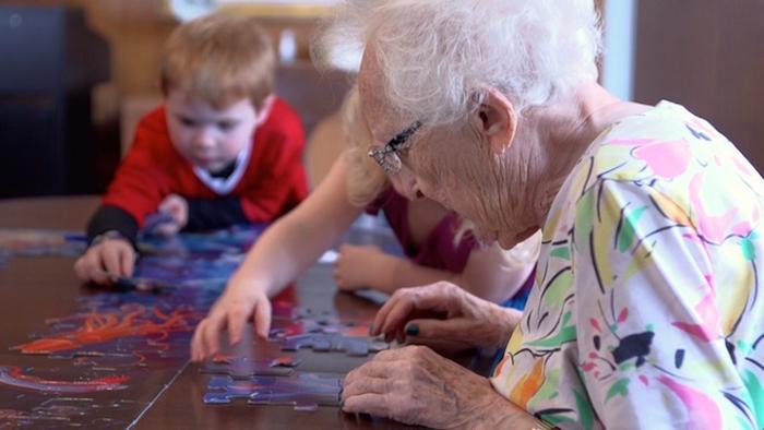 Жители дома престарелых с удовольствием занимаются общими делами с детьми.
