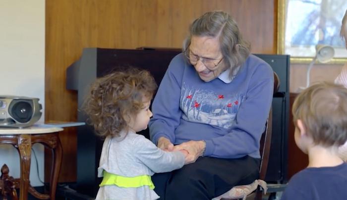Дети проводят время с дедушками и бабушками, пусть даже и чужими.