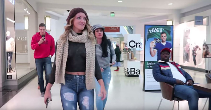 Рисковый эксперимент: Девушка прошлась по торговому центру в нарисованной одежде