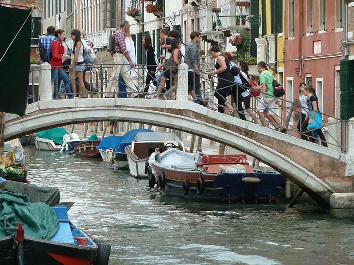 В 1600-е в Венеции мосты были без перил.