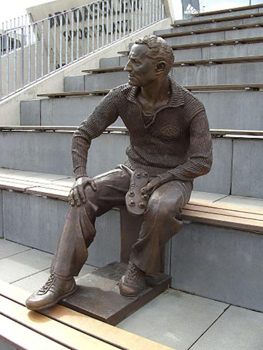 Памятник Адольфу Дасслеру.