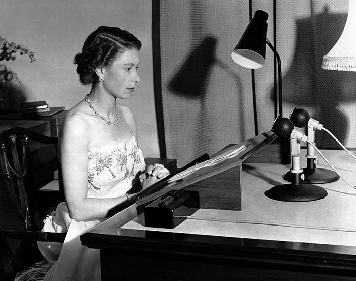 1953 год Королева Елизавета Вторая готовит свою рождественскую речь.