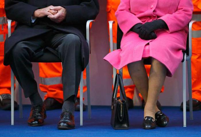 Если королева поставила сумочку во время мероприятия на стол, а не на пол, значит Ее Величиство собирается вскорости уходить.