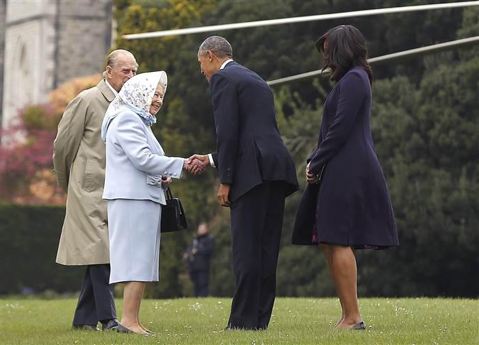 При любой погоде и при любой встрече у королевы имеется при себе аккуратная сумочка.