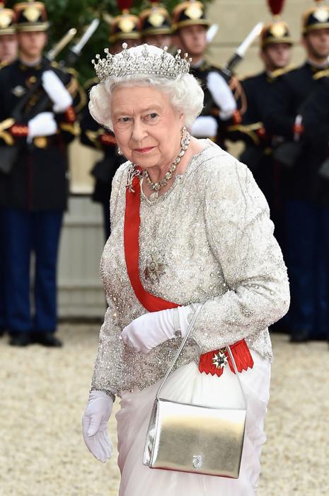 Королева позволяет себе и довольно смелые варианты сумочек.