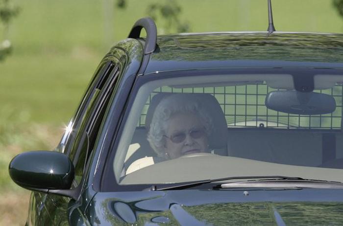 Королева наблюдает, как леди Пенни соревнуется на гонках гран-при на лэнд-роверах.