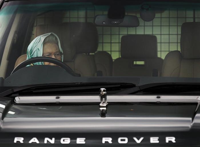 Королева на Рэндж-ровере во время скачек.