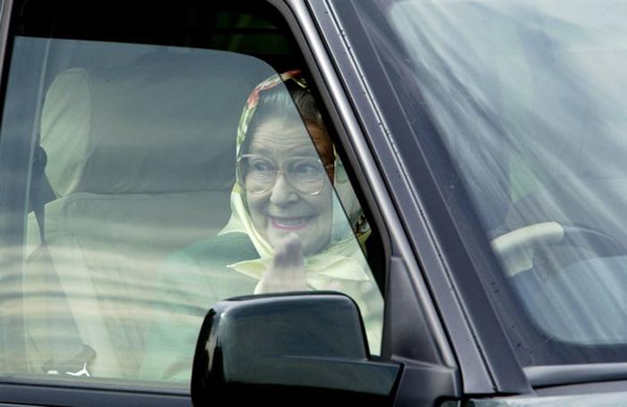 Королева покидает гонки гран-при в Виндзоре, в которых принимал участие герцог Эдинбургский, супруг королевы. Май 2002 г.