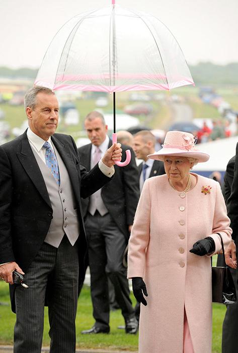 Зонтики королевы сочетаются с ее верхней одеждой.