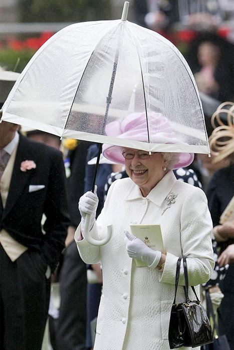 Королева использует зонты фирмы Fulton с 1993 года.